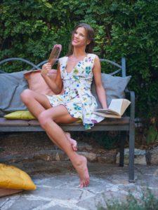 Sarah Kay in een zomerjurkje in de tuin