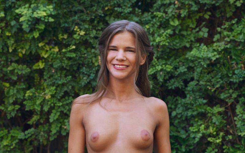 Sarah Kay is in de tuin aan het masturberen
